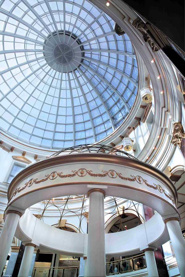Columnas y cornisa de escayola fabricadas por ITALICA DECORACIONES para el centro comercial Plaza Norte 2