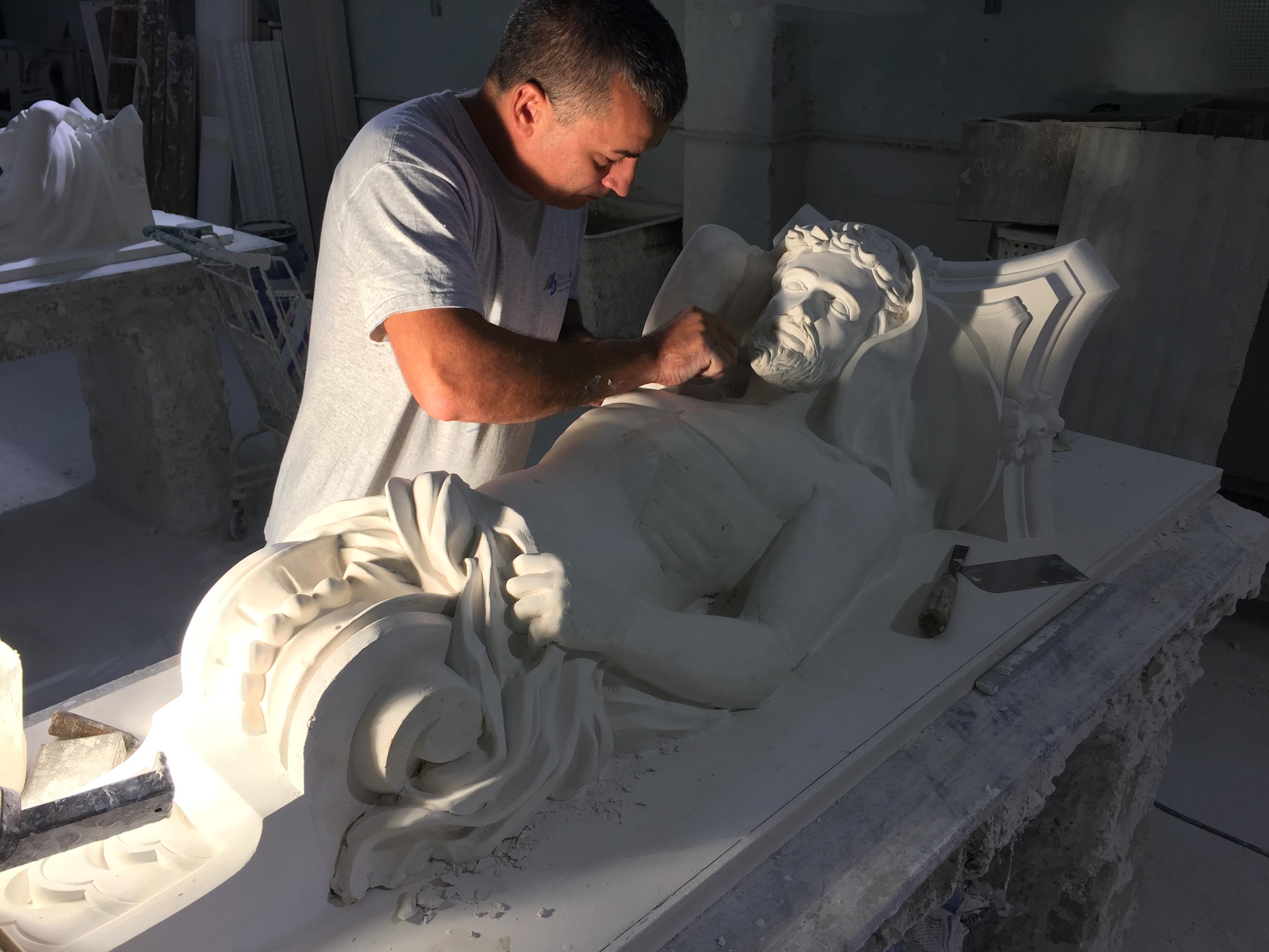 artesanos_esculpiendo