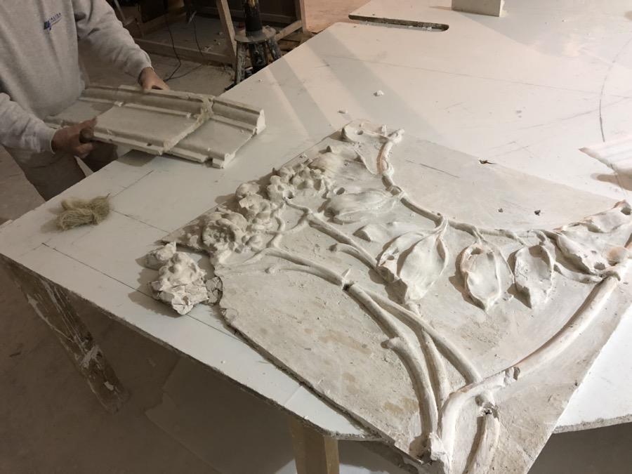 Antiguas piezas de escayola en techo modernista